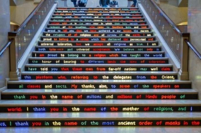 Лестница в Чикагском институте искусств с интересной историей, рассказанной прямо на ступенях.