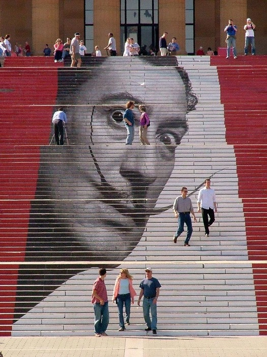 Так выглядела лестница «Рокки» музея искусств в дни проведения выставки Сальвадора Дали в 2005 году.