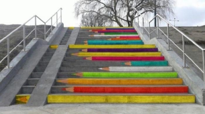 Ступени с изображением цветных карандашей.