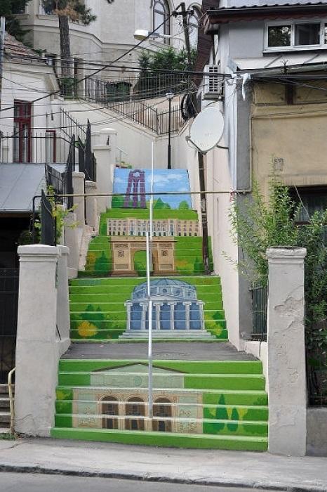 Благодаря таким красочным и интересным идеям жители города наслаждаются картинами талантливых художников, прогуливаясь по родным местам.