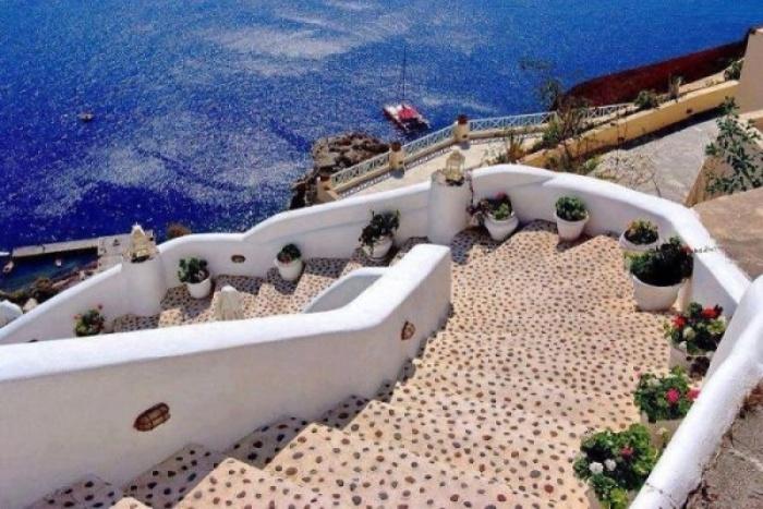 Лестницы Санторини, собранные из тысячи мелких камушков.