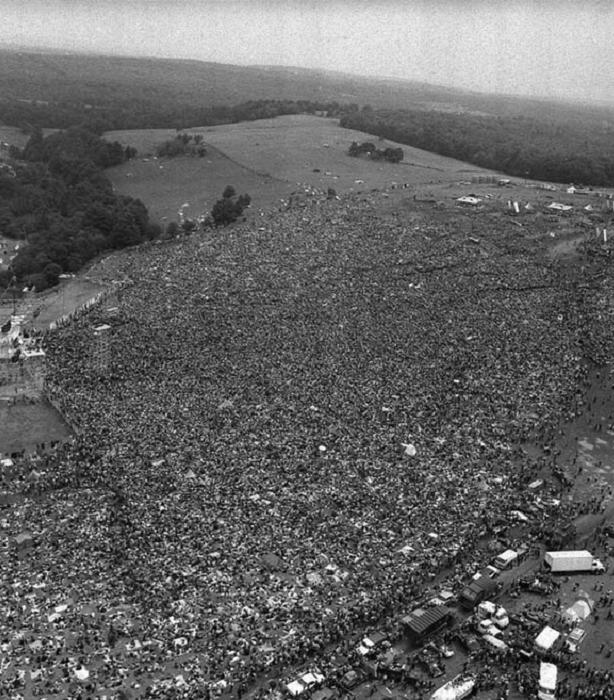 Огромная толпа зрителей на фестивале Вудсток. (1969).