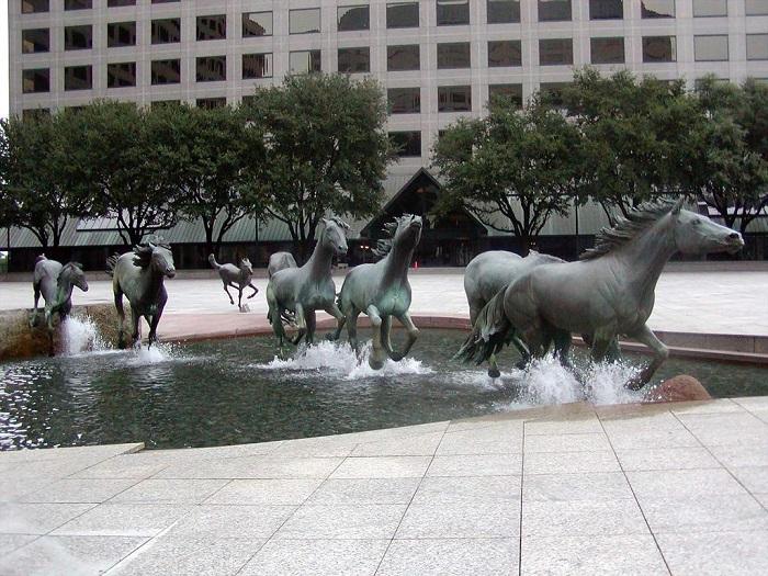 Одна из самых больших скульптурных групп лошадей в мире.