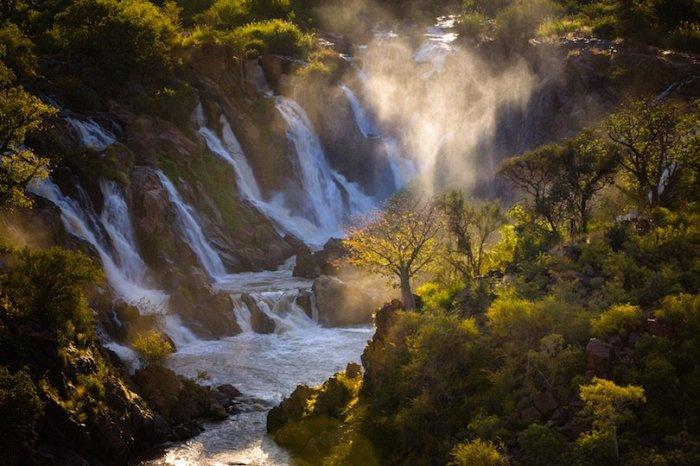 Водопад находится на реке Кунене в юго-западной части Африки, считается одним из живописнейших мест Намибии.