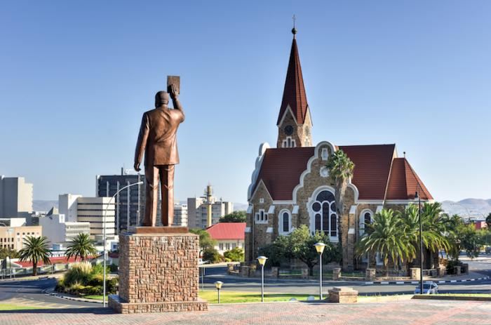 Виндхук самый большой город Намибии, расположен в северной части возвышенности Кхомас, на высоте 1728 м.