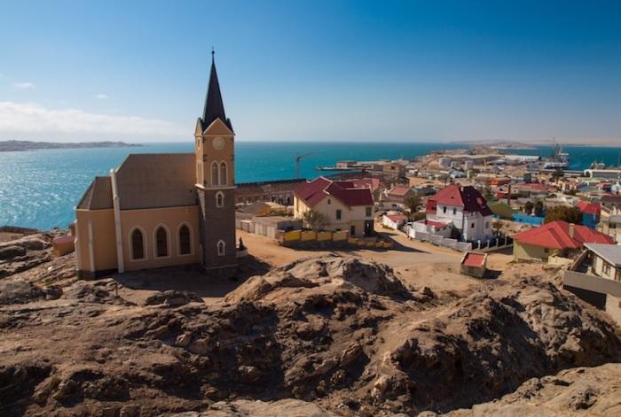 Город расположен в южной части Атлантического побережья, крупнейший в Африке центр ловли омаров и разведения устриц.