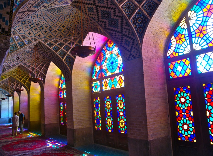 Убранство похоже на огромный калейдоскоп: солнечные лучи, проникая внутрь здания сквозь разноцветные витражные окна, превращают залы мечети в ослепительный лабиринт.