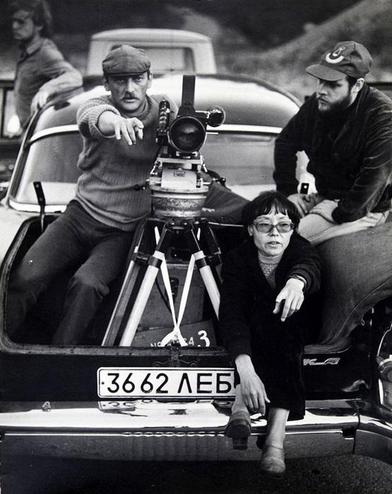 Режиссёр Динара Асанова что-то объясняет актерам фильма. 1982 год.