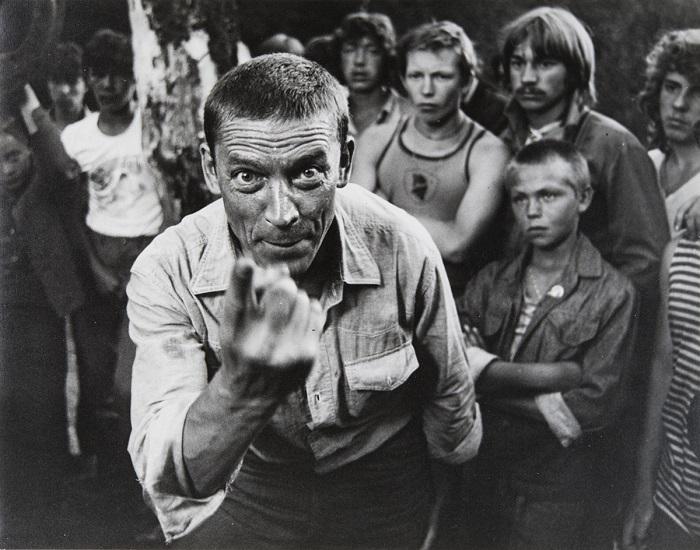 Начальник спортивного лагеря Павел Васильевич Антонов (Валерий Приемыхов) в окружении трудных подростков. 1982 год.