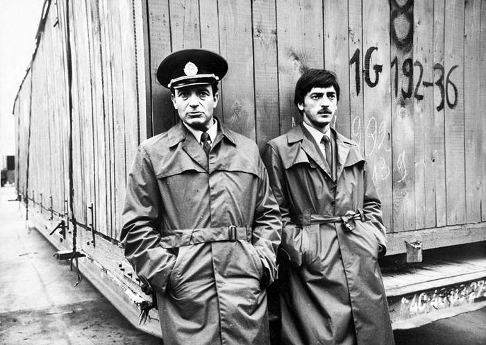 Молодой и неопытный таможенник Михаил Боярский и начальник группы досмотра Валентин Гафт. 1982 год.