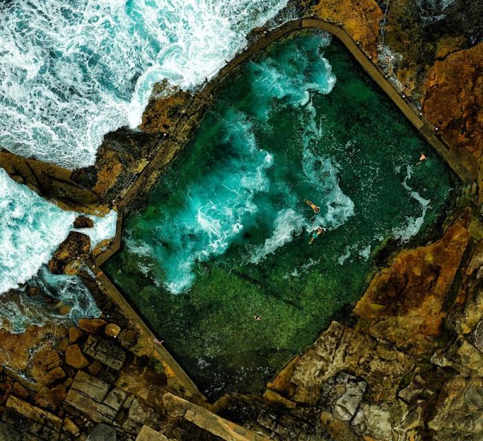 Люди плавающие в бассейне святой горы Эрз-Рок близ Сиднея, Австралия. Фотограф Стюарт Чапе (Stuart Chape).