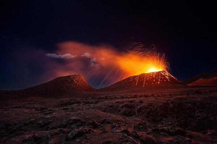 Последнее извержение вулкана Питон-де-ла-Фурнез на острове Реюньон. Фотограф: Gaby Barathieu.