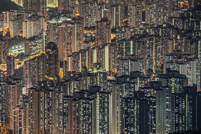 Панорамный вид ночного Гонконга. Фотограф: Julia Wimmerlin.