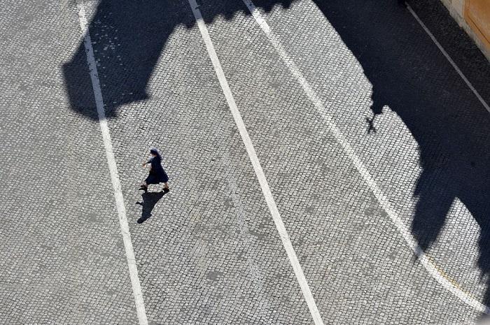 Номинация «Люди/ Выбор аудитории» - британский фотограф Боб Берри (Bob Berry), запечатлевший монахиню, которая пересекает внутренний двор Ватикана.