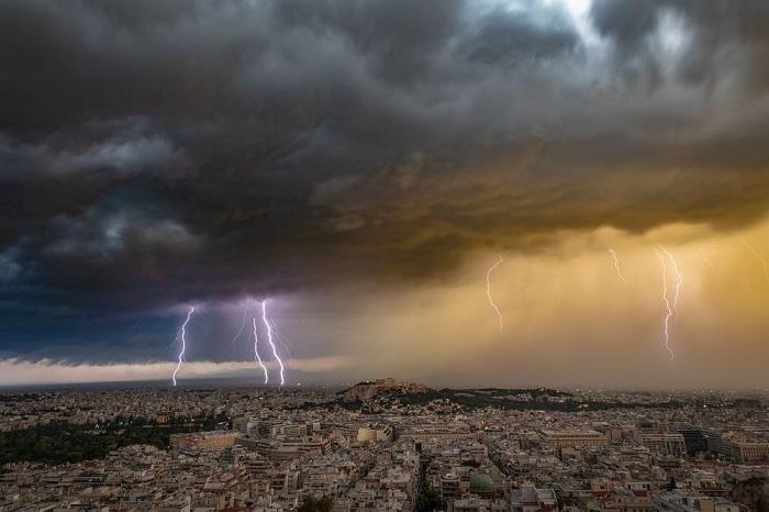 Номинация «Места/ Выбор аудитории» - фотограф Александрос Марагос (Alexandros Maragos) из Греции, запечатлевший молнии над городом во время июньской грозы.