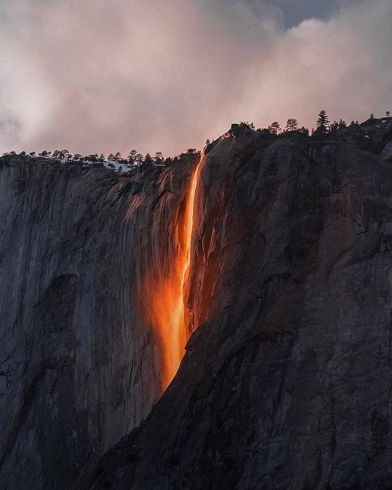 Категория: «Места». Автор снимка – американский фотограф Сара Бетея (Sarah Bethea), запечатлевшая водопад Лошадиный Хвост на закате.