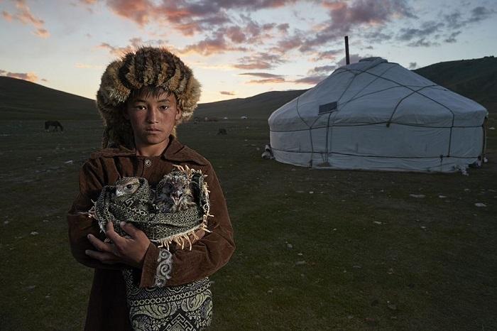 Категория: «Люди». Автор снимка мальчика из охотников-беркутчи с птенцами ястреба – швейцарский фотограф Алессандра Мениконци (Alessandra Meniconzi).