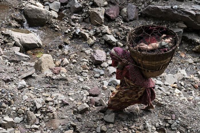 Категория: «Люди». Автор снимка – китайский фотограф Маттиа Пассарини (Mattia Passarini), запечатлевший мать с ребенком из кочевников-рауте во время миграции.