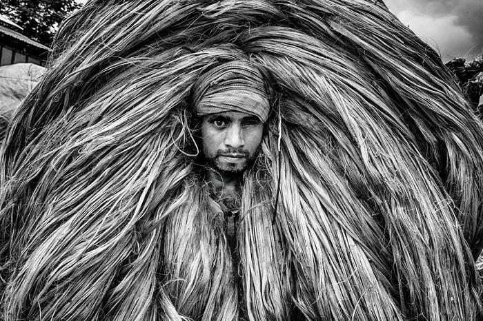 Категория: «Люди». Автор снимка – фотограф Закир Хоссейн Чаудхури (Zakir Hossain Chowdhury) из Бангладеш, с портретом рабочего, который переносит джут.