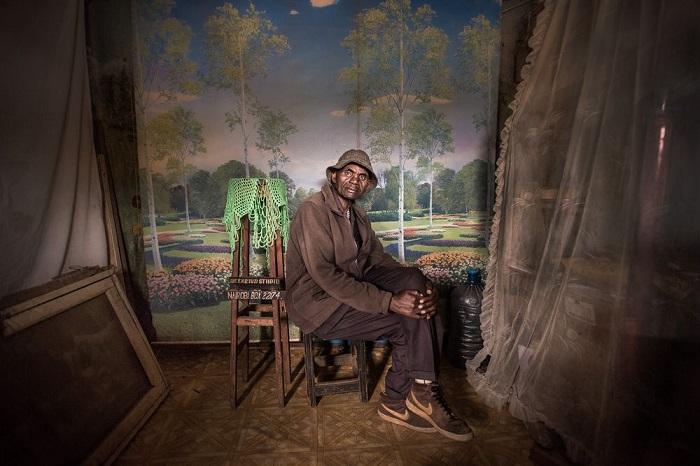 1-е место в категории «Люди» заняла фотограф Миа Коллис (Mia Collis) со снимком работника фотостудии, которая была вынуждена закрыться после 37 лет работы.