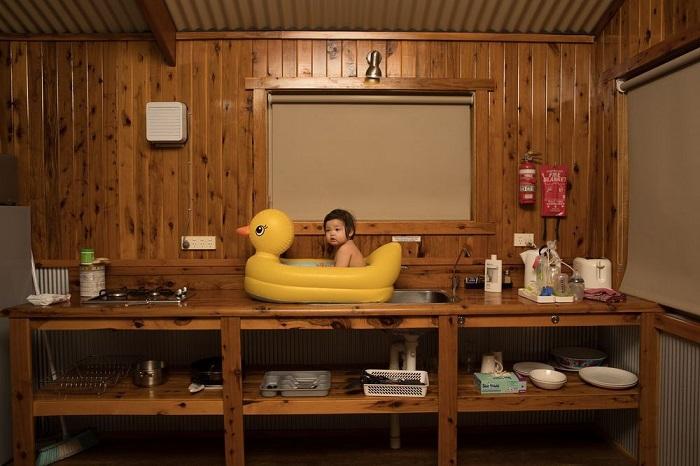 Вторым в номинации «Люди» признан фотограф Тодд Кеннеди (Todd Kennedy), запечатлевший собственную дочь, принимающую ванну в резиновом утенке.