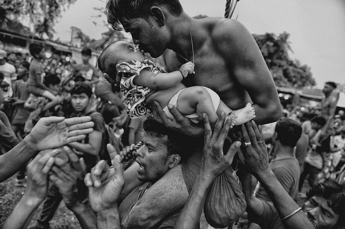 3-е место в категории «Люди» присуждено фотографу Авишеку Дасу (Avishek Das) за снимок с верующим-индуистом, который целует своего ребенка во время праздника.