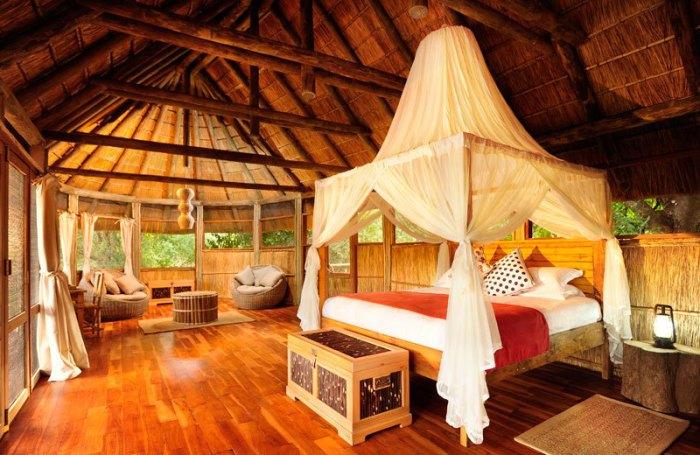 Отель расположен на территории Национального парка Южная Луангва, в излучине реки Луангва.