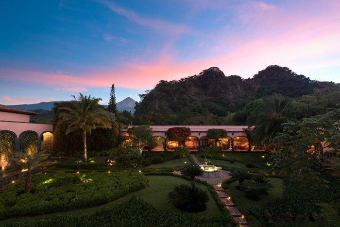 Отель находится на берегу реки, в одном регионе с такими достопримечательностями и объектами: Археологический памятник Ла-Кампана и Национальный парк Невадо-де-Колима.
