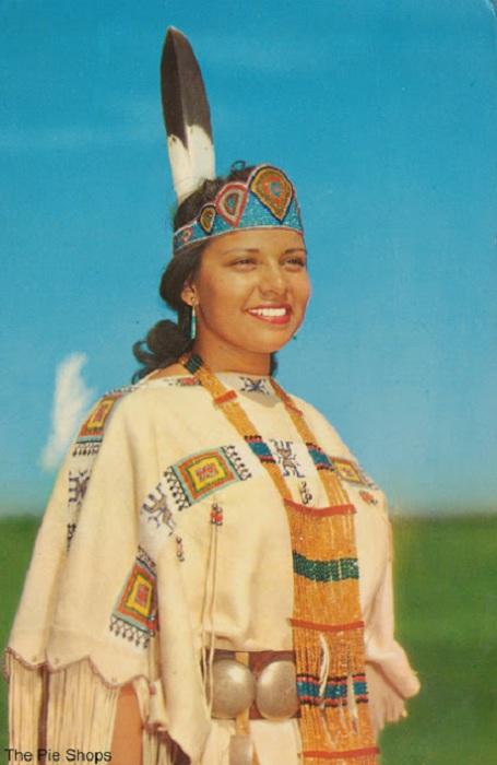 Девушки из всех уголков Соединенных Штатов и Канады, представляющих многие племена, ежегодно участвуют в конкурсе.
