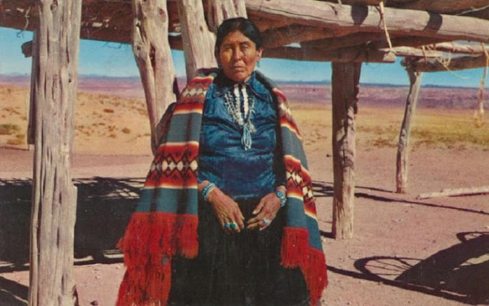 Богатство семей племени Навахо, проявляется в ювелирных изделиях, которые носили женщины.