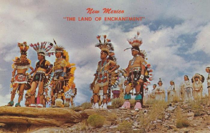 Индейцы в красочных костюмах в пустыне Нью - Мексико.