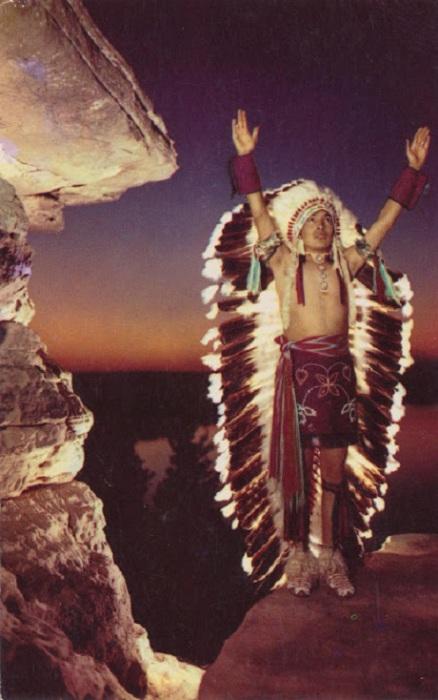 Игра света на головном уборе из перьев напоминает восход солнца.