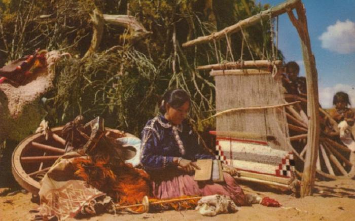 Плетение на открытом воздухе в тени дерева.