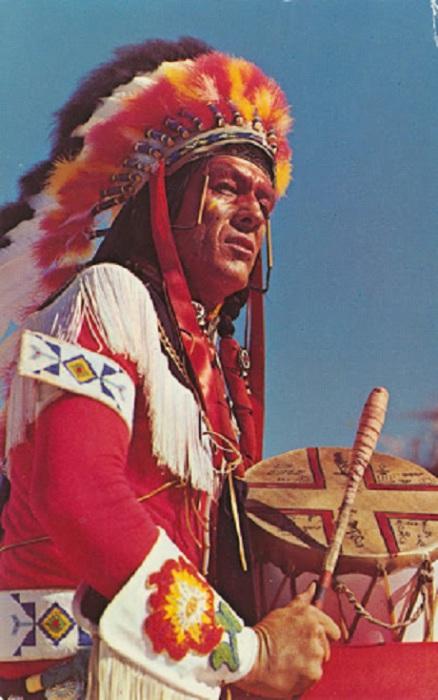 В давние дни племенной закон разрешал носить головной убор из перьев только прославленным воинам, которые совершили много боевых подвигов.