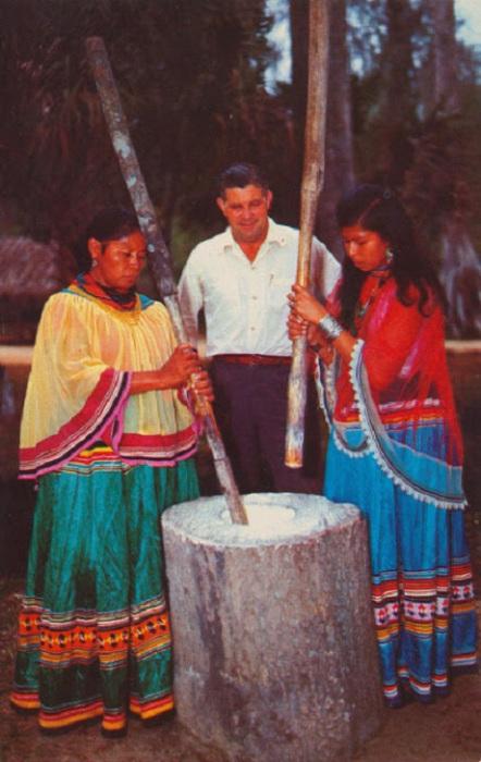 Работа индейских женщин.