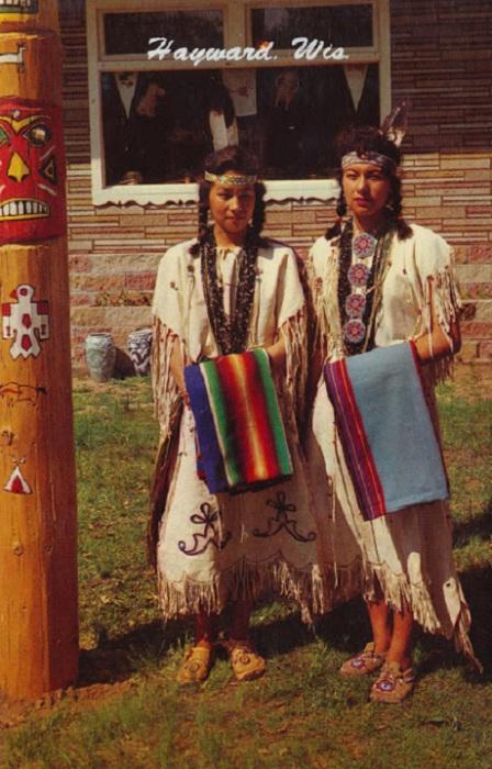 Национальные костюмы индейских женщин.