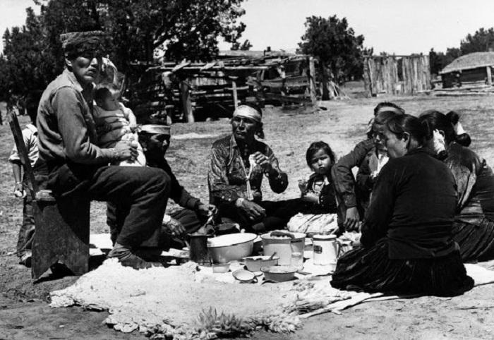 Праздник после церемонии. Около Ганадо, Аризона, 1948 год.