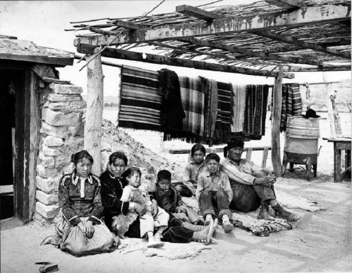 Семья Навахо в Аризоне, 1948 год.