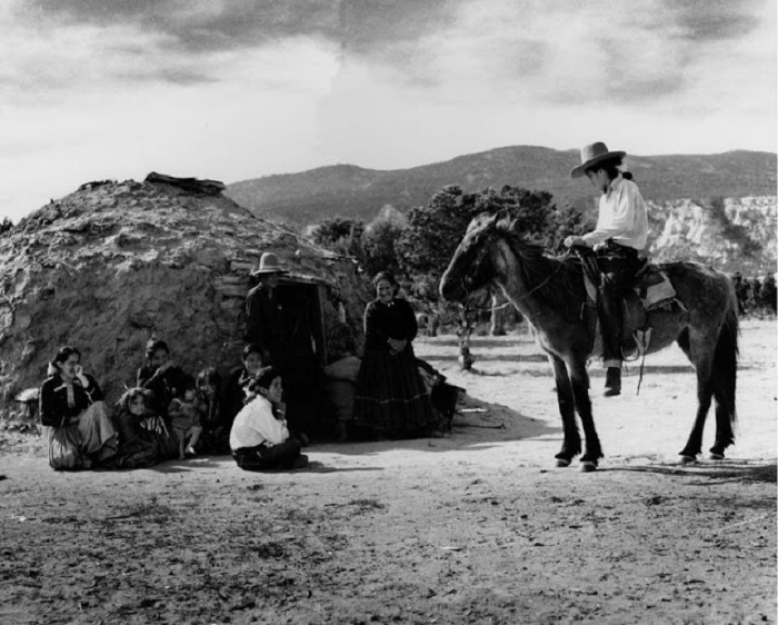 Семья племени Навахо в горах Навахо. Аризона, 1948 год.