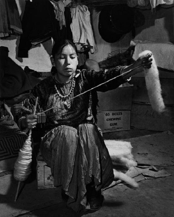 Девушка Навахо прядёт. Около Ганадо, Аризона, 1948 год
