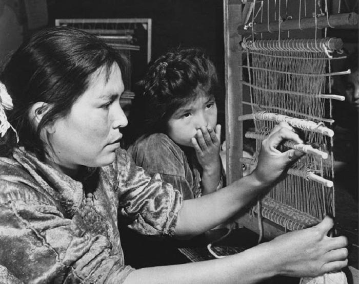 Девочка Навахо наблюдает за тем как её мать плетёт. Горы Навахо, Юта, 1948 год.