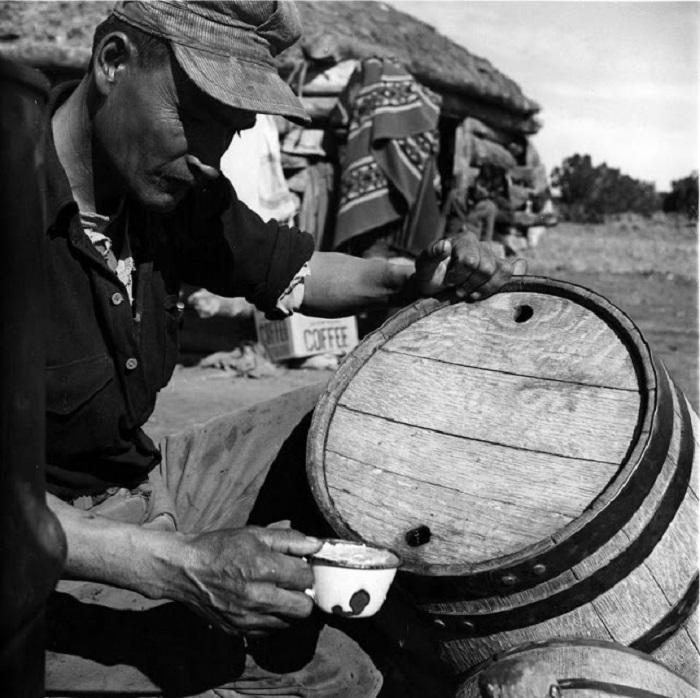 Мужчина Навахо набирает воду, 1948 год.
