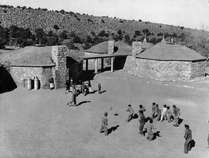 Школа в горах Навахо. Юта, 1948 год.