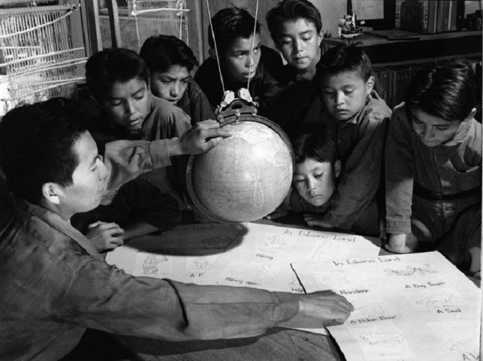Урок в школе в горах Навахо. Юта, 1948 год.