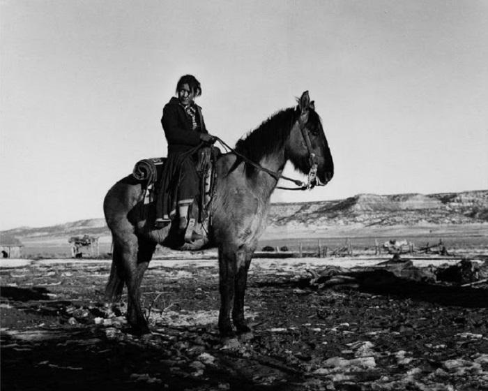 Женщина-навахо, верхом на лошади. Недалеко от Ганадо, Аризона, 1948 год.