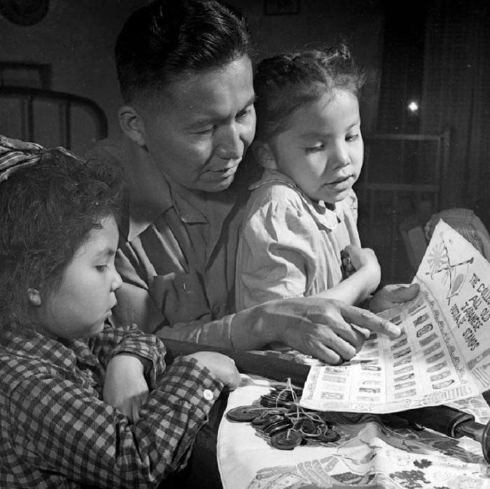 Ветеран Второй мировой войны показывает детям свою коллекцию японских марок и монет, 1948 год.