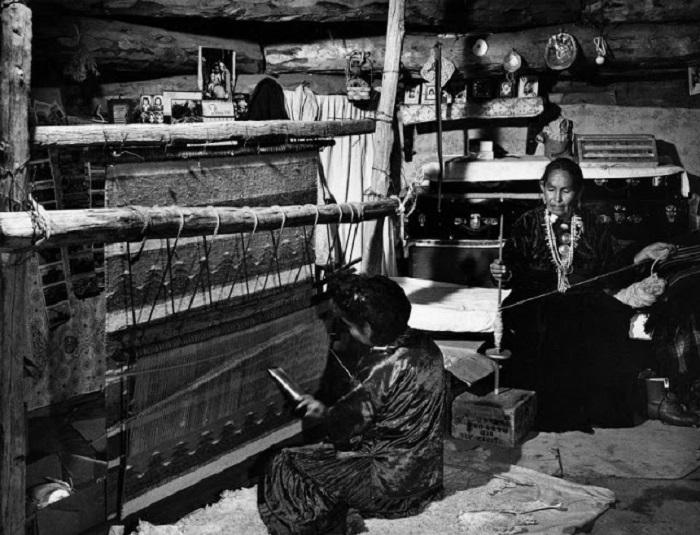 Женщины ткут ковёр. Резервация Навахо, 1948 год.