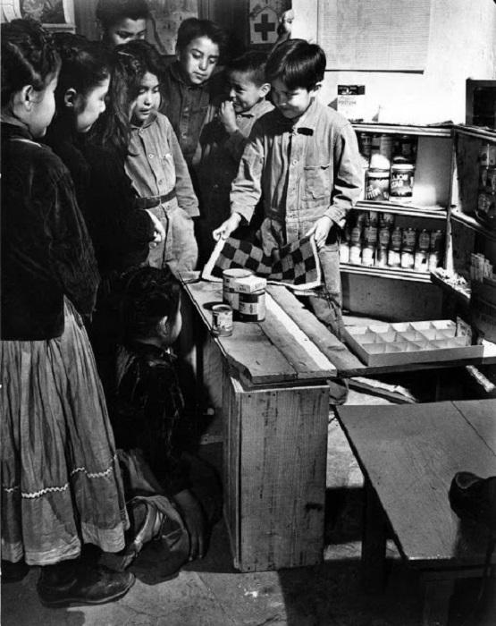 Ученики учатся торговле в школе Навахо. Юта, 1948 год.