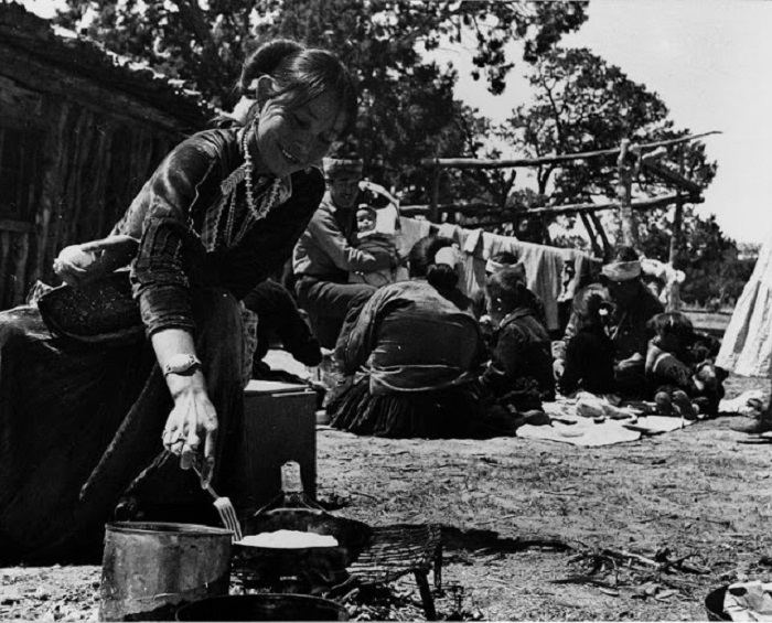 Элизабет Смит жарит хлеб. Около Ганадо, Аризона, 1948 год.