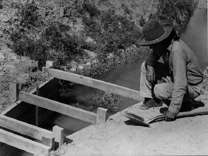 Крепление оросительной канавы. Около Моенаве, Аризона, 1948 г.
